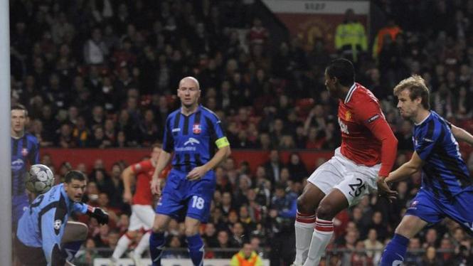 Antonio Valencia (merah) mencetak gol ke gawang Otelul Galati