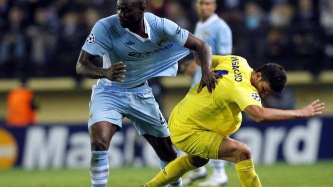 Mario Balotelli (kiri/City) berebut bola dengan Mateo Musacchio (Villarreal)