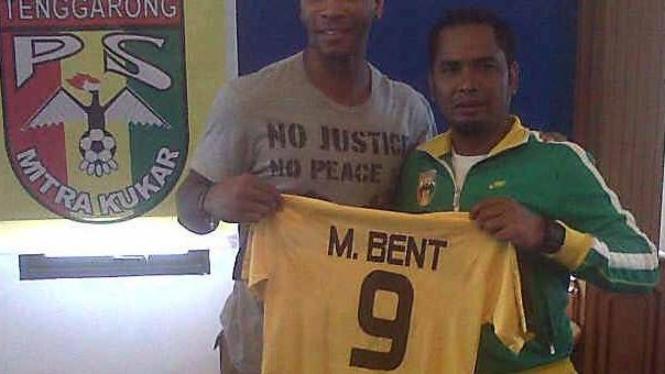 Marcus Bent (kiri) saat diperkenalkan Mitra Kukar.