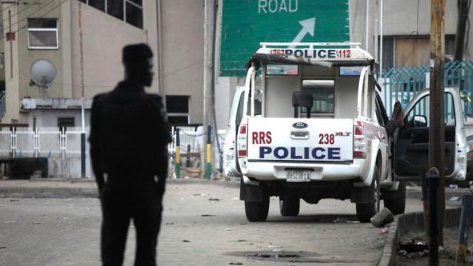 Seorang polisi Nigeria berjaga di Kota Lagos