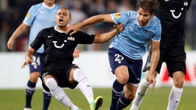Bek Lazio, Lorik Cana (tengah), saat melawan FC Zurich