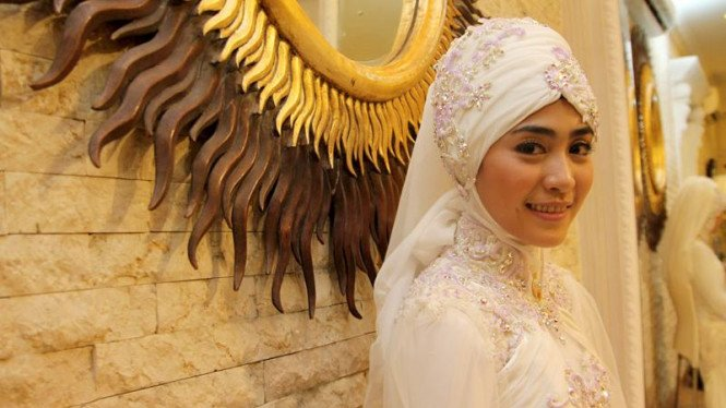 Fitting Baju Pernikahan April Jasmine