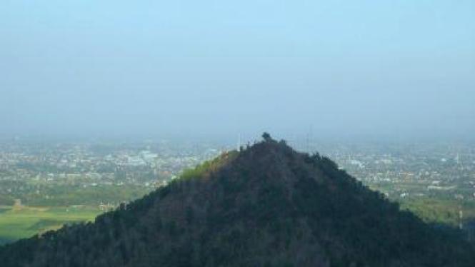 Gundukan tanah yang diduga menyimpan bangunan serupa piramida di Klothok