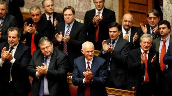 PM Yunani George Papandreou di tengah rapat parlemen