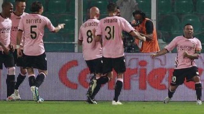 Pemain Palermo rayakan gol