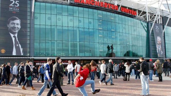 Suasana depan Old Trafford pada perayaan 25 tahun karir Sir Alex Ferguson