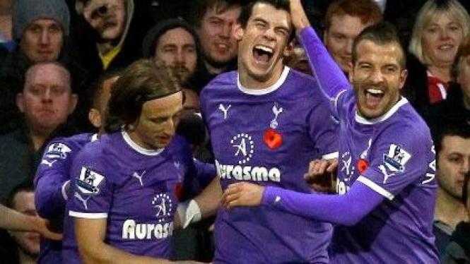 Pemain Tottenham merayakan gol Gareth Bale saat melawan Fulham