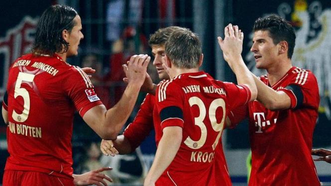 Pemain Bayern Munich merayakan gol Mario Gomez lawan Augsburg