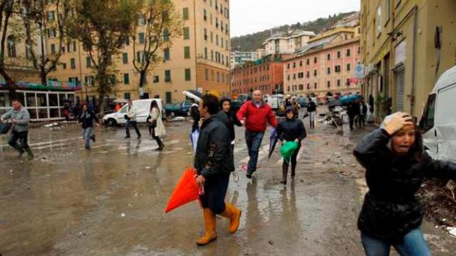 Penduduk Genoa berlarian setelah ada peringatan banjir