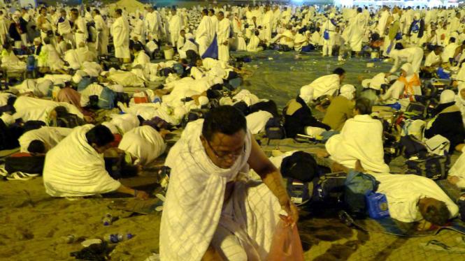 Jemaah haji saat bermalam di Muzdalifah. Mereka juga mengumpulkan batu kecil untuk melempar jumrah.