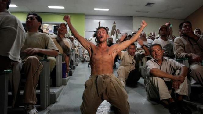 Para tahanan di penjara Reclusorio Sur, Meksiko, menyaksikan laga Piala Dunia