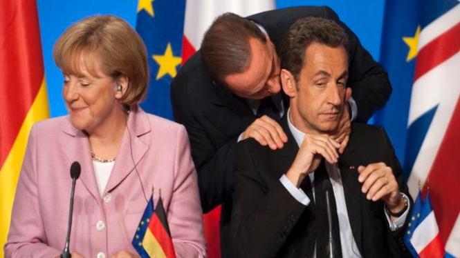 PM Silvio Berlusconi merangkul presiden Prancis (kanan)