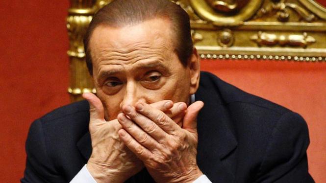 Tingkah konyol Berlusconi tertangkap kamera