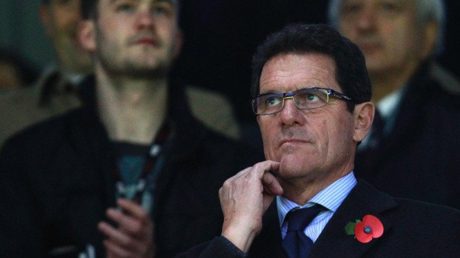 Fabio Capello mengenakan bunga Poppies