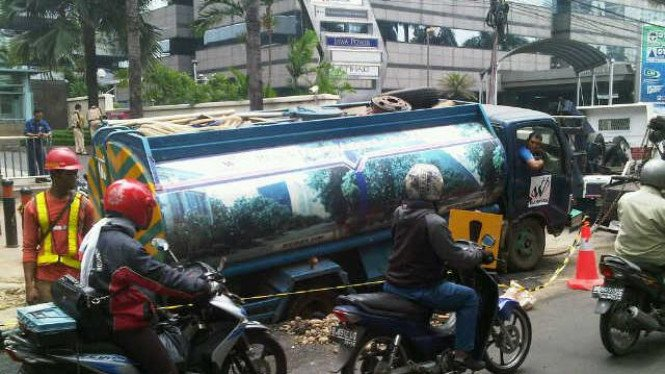 mobil tangki air terperosok gorong-gorong di Sudirman