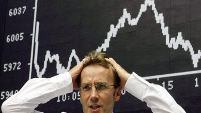 Reaksi seorang pialang melihat indeks harga saham turun.