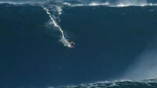 Surfer taklukan ombak 27 meter