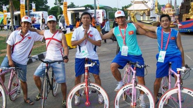 Atlet Vietnam menggunakan sepeda