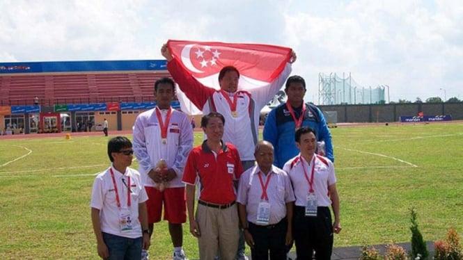 Pengalungan medali lempar cakram SEA Games 2011