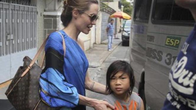 Angelina Jolie dan putra adopsinya, Pax, di Vietnam