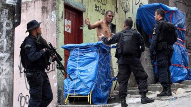 Polisi di Brasil saat menggelar razia di Kota Rio de Janeiro beberapa waktu lalu.