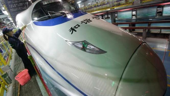 Petugas membersihkan kereta cepat di Kota Wuhan, China