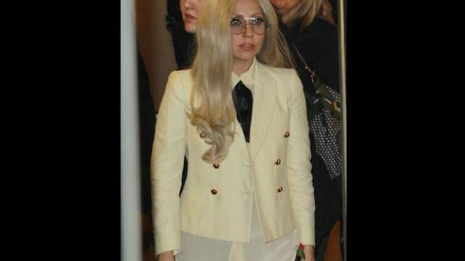 Lady Gaga Tampil Tanpa Celana