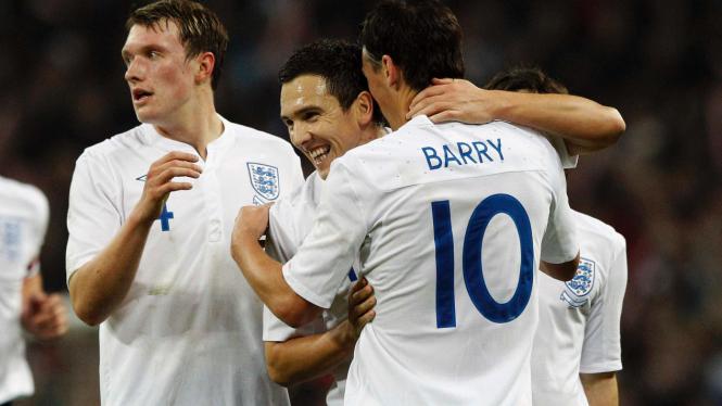 Pemain Inggris merayakan gol Gareth Barry