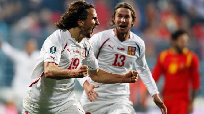Pemain Rep Ceko Petr Jiracek merayakan gol atas Montenegro