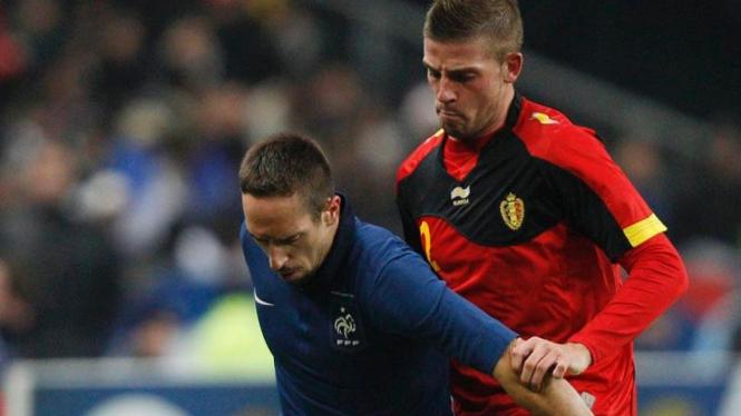 Franck Ribery (biru) dihadang pemain Belgia