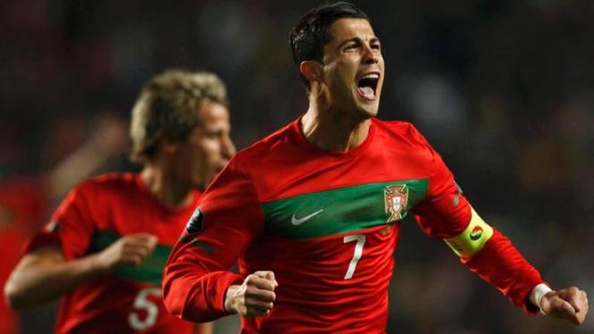 Cristiano Ronaldo merayakan gol ke gawang Bosnia