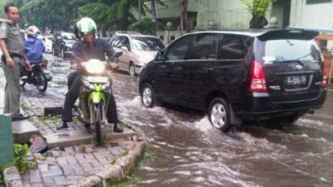 Menggunakan trotoar untuk menghindari banjir
