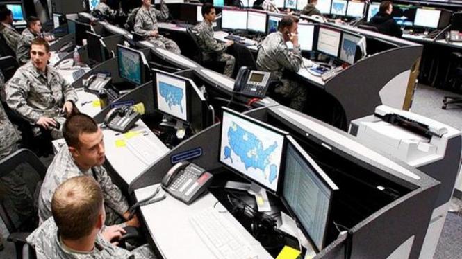 Personel militer AS dengan perangkat komputer mereka