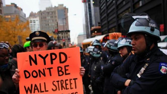 Pemrotes anti Wall Street berhadapan dengan Polisi New York