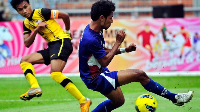 Aksi kapten Malaysia, Bakhtiar Baddrol (kiri) saat melawan Thailand di SEA Games 2011.