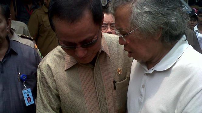 Menkumham Amir Syamsuddin dan Panda Nababan di Rutan Salemba