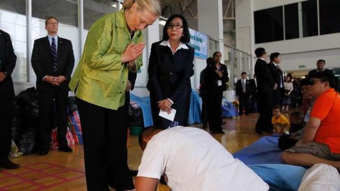 Menlu AS Hillary Clinton menemui korban banjir di Bangkok