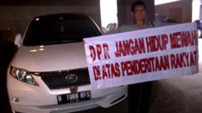 Artis  senior Pong Hardjatmo demo di depan mobil mewah DPR