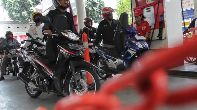 Para pemotor antre isi bensin di suatu SPBU di Jakarta.