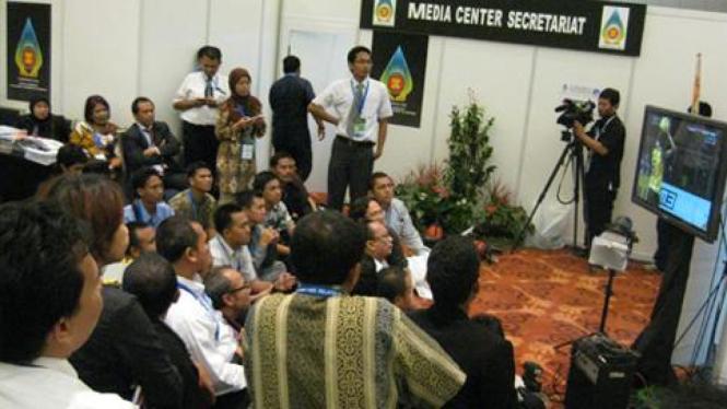 Nonton bareng wartawan di Media Center KTT ASEAN, Bali