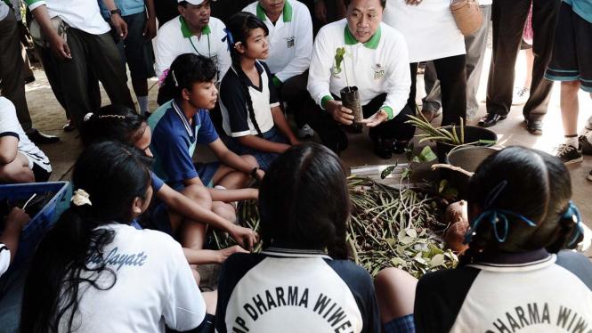 Menteri Kehutanan Zulkifli Hasan ajak pelajar Bali tanam Mangrove