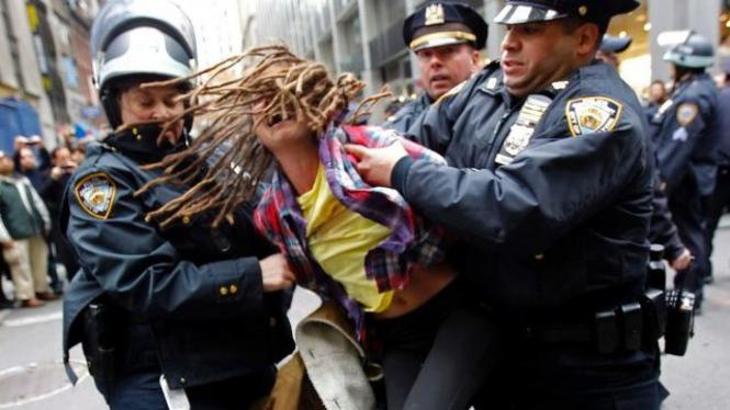 Polisi New York menangkap seorang demonstran anti Wall Street