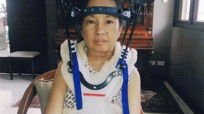 Presiden Gloria Arroyo dengan alat bantu penopang tubuh