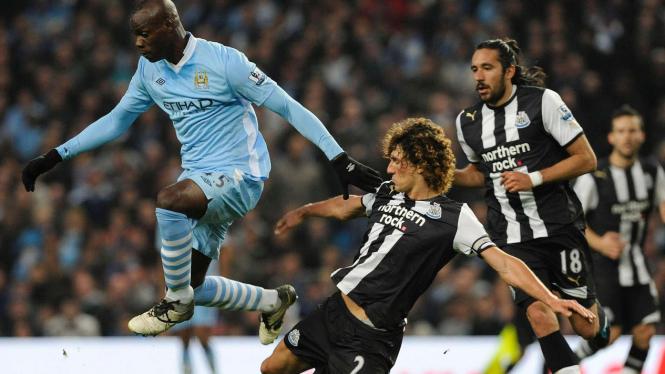 Pemain Man City Mario Balotelli (biru) di pertandingan melawan Newcastle