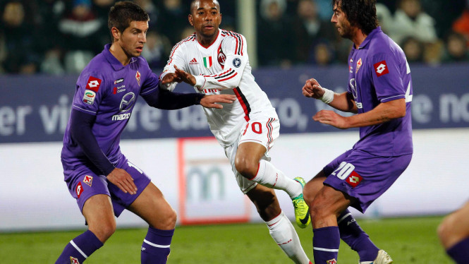 Pemain AC Milan Robinho (putih) di pertandingan melawan Fiorentina