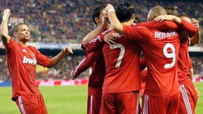 Pemain Real Madrid rayakan gol Karim Benzema ke gawang Valencia