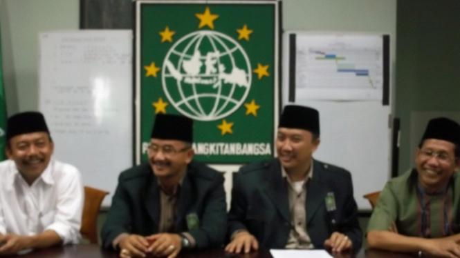 Kakak kandung Muhaimin Iskandar, Abdul Halim Iskandar (kiri tengah)