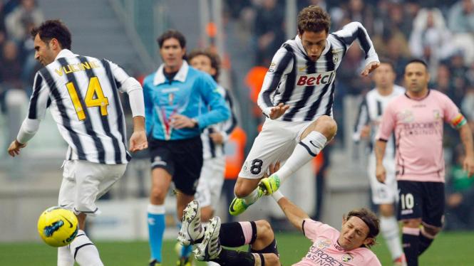 Juventus (hitam-putih) dan di pertandingan melawan Palermo