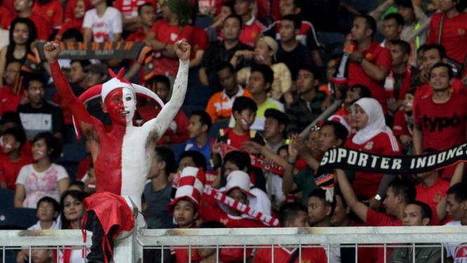 Suporter Timnas U-23 Indonesia saat melawan Vietnam di Semifinal Sea Games XXVI
