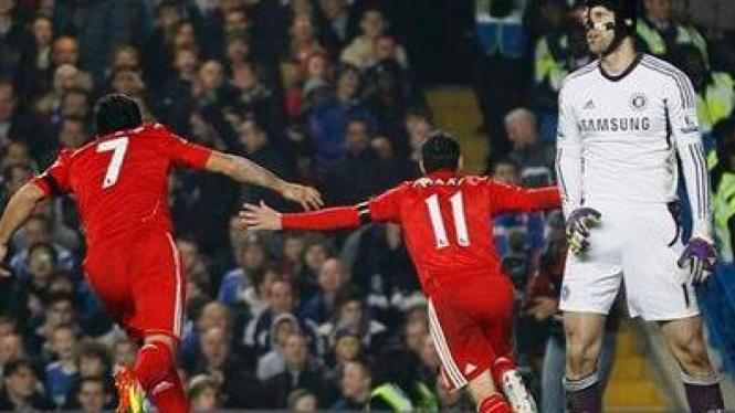 Maxi Rodriguez (tengah) usai jebol gawang Petr Cech